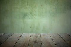 Alter hölzerner Plankenboden in der Front für Produktanzeige und den Hintergrund ist die alte Zementwand stockfoto