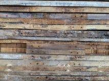 Alter hölzerner Plankenstapel mit Termiten essen Holz lizenzfreies stockbild