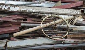 Alter hölzerner Rückstand-Stapel, bereiten Holz auf Stockfoto