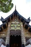 Alter hölzerner schnitzender Tempel, dekorativ durch Glasmosaik, Thailand lizenzfreies stockbild