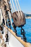 Alter hölzerner Segelbootflaschenzug Stockfotos