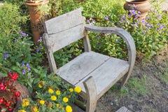 Alter hölzerner Stuhl im Garten Lizenzfreie Stockfotos