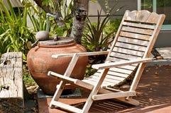 Alter hölzerner Stuhl im Garten Stockbild