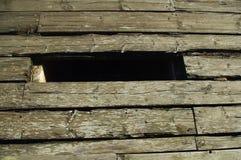 Alter hölzerner Weg mit Loch Lizenzfreies Stockbild