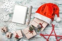Alter hölzerner weißer Hintergrund Hölzerner Bleistift Handgemachte Einzelteile Viele Geschenke künstlerisch vereinbart lizenzfreie stockfotografie