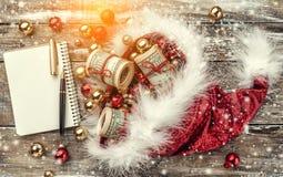 Alter hölzerner Weihnachtshintergrund, Santa Claus-Hut voll des Flitters und Geld Beschneidungspfad eingeschlossen Effekt des Lic lizenzfreie stockfotografie