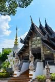 Alter h?lzerner schnitzender Tempel, dekorativ durch Glasmosaik, Thailand stockfotos