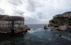 Alter Hafen Kolorina, mit den zwei Forts Bokar und Lovrijenic-Stellung als Wachposten als Verteidigung der Wände von Dubrovnik Lizenzfreie Stockbilder