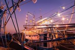 Alter Hafen mit Fischerbooten und Jachthafen während der blauen Stunde der Dämmerung stockfotos