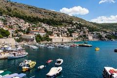 Alter Hafen und ansteigende Stadt in Dubrovnik, Kroatien Lizenzfreie Stockbilder