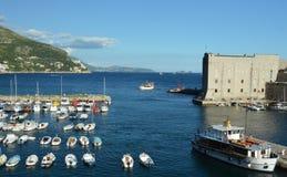 Alter Hafen und Wände alter Stadt Dubrovniks, Kroatien Stockbilder
