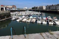 Alter Hafen von Dunkerque mit entspannenden Booten Stockbilder
