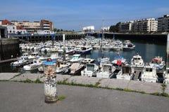 Alter Hafen von Dunkerque mit entspannenden Booten Lizenzfreie Stockbilder