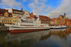 Alter Hafen von Gdansk mit dem Schiffs-Festmachen Lizenzfreie Stockfotografie