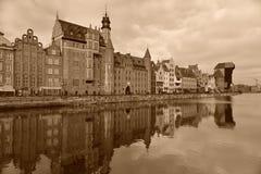 Alter Hafen von Gdansk mit mittelalterlichem Mast-Kran Lizenzfreie Stockfotografie
