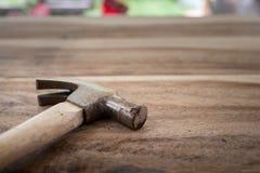 Alter Hammer auf Holz Lizenzfreie Stockbilder