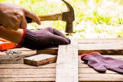 Alter Hammer des Hintergrund-Handwerkerwerkzeugs mit Maßband und kleinen Nägeln und Ansicht der Säge und des Arbeitens im Freien  stockfoto