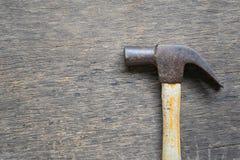 Alter Hammer gesetzt auf einen Bretterboden Stockbild