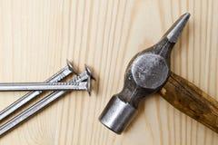 Alter Hammer und Nägel lizenzfreie abbildung