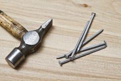 Alter Hammer und Nägel vektor abbildung