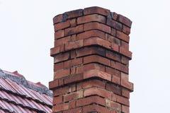 Alter handgemachter Kamin auf dem Haus Lizenzfreies Stockbild
