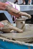 Alter Handwerker, der an einem Tongefäß arbeitet Stockfotografie