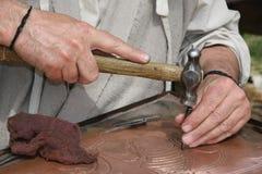 Alter Handwerker Mason während der Verarbeitung eines Kupfers mit einem en Lizenzfreie Stockbilder