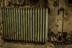 Alter Heizkörper in einem verlassenen Gebäude Stockbild