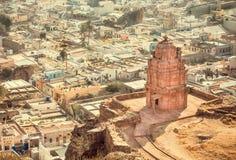 Alter hindischer Tempel und indische Stadt Stadtbild von Badami, Karnataka Stein geschnitzte Strukturen von altem Indien lizenzfreies stockfoto