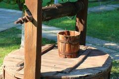 Alter hölzerner Brunnen Stockfotografie
