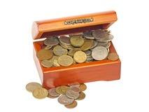 Alter hölzerner Kasten mit Münzen. Lizenzfreie Stockfotografie
