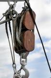 Alter hölzerner Segelbootflaschenzug und -seile Lizenzfreies Stockbild