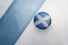 Alter Hockey-Puck mit der Staatsflagge von Schottland Lizenzfreies Stockfoto