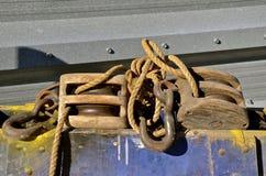 Alter Holzklotz und Gerät Stockbilder