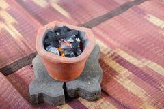 Alter Holzkohlenofen mit der angezündeten Holzkohle bereiten sich für das Kochen vor Lizenzfreie Stockfotografie