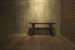 Alter Holzstuhl auf grauem Zementwandhintergrund Stockfotografie