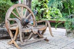 Alter Holzstuhl gemacht vom hölzernen Rad Stockfotografie
