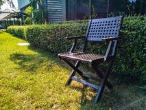 Alter Holzstuhl im schönen Garten stockfoto