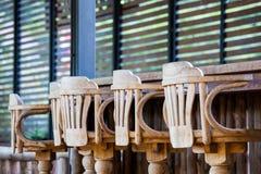 Alter Holzstuhl vor Stange Stockbild