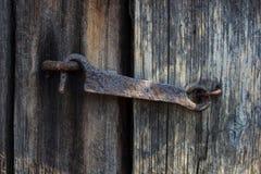 Alter Holztür- und Metallhaken stockfotografie