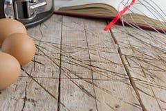 Alter Holztisch mit Geräten Lizenzfreies Stockfoto