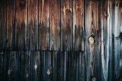 Alter Holztisch mit hölzernem Hintergrund Stockfotos
