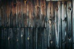 Alter Holztisch mit hölzernem Hintergrund Lizenzfreie Stockfotografie