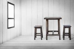 Alter Holztisch und alte Holzstühle im hölzernen Raum Stockfotografie
