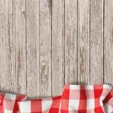 Alter Holztischhintergrund mit Picknicktischdecke Lizenzfreies Stockfoto