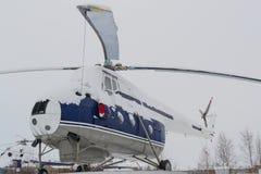 Alter Hubschrauber im Winter Stockfotos
