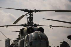 Alter Hubschrauber und Himmel des strukturierten Schmutzes mit Wolken auf Hintergrund Alter Hubschrauber nicht fähig zu fliegen,  stockbild
