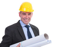 Alter Ingenieur hält einige Projekte stockfotografie
