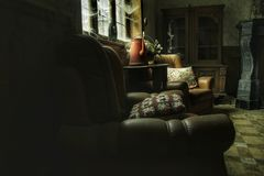 Alter Innenraum eines verlassenen Hauses Stockfotos