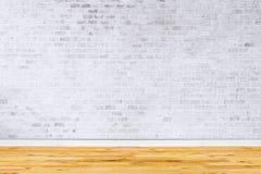 Alter Innenraum mit weißer Backsteinmauer Lizenzfreie Stockfotografie